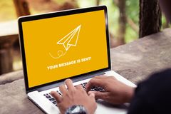 Ihre Mitteilung wird auf Laptopschirmkonzept gesendet lizenzfreies stockbild