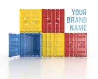 Ihre Namenfarbe stapelte Versandverpackungen auf weißem Hintergrund Stockfotografie