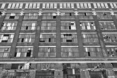 II llevado, roto y olvidado de la fábrica urbana abandonada - Fotos de archivo libres de regalías
