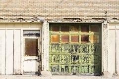II llevado, roto y olvidado del destrozo urbano abandonado de Warehouse - Imagen de archivo