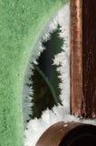 Iice-Kristalle auf der zerbrochenen Fensterscheibe stockbild