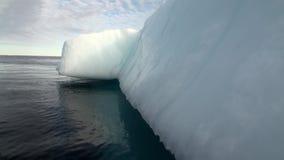Iicebergs grande que flota en el mar alrededor de Groenlandia almacen de metraje de vídeo