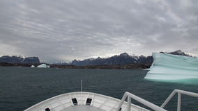 Iicebergs grande que flutua no mar em torno de Gronelândia vídeos de arquivo