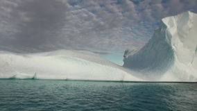 Iicebergs grande que flutua no mar em torno de Gronelândia filme