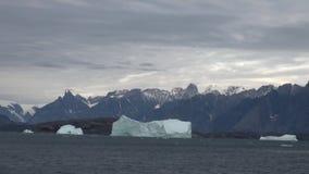 Iicebergs grande que flutua no mar em torno de Gronelândia video estoque
