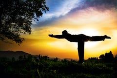 iii poserar yoga för silhouettevirabhadrasanawarior arkivbilder