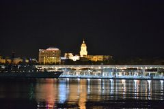 IIlluminated-Stadt von Màlaga bis zum Nacht in Andalusien, Spanien stockbild