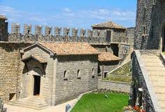 Iin der Hof von Festungen Guaita auf Berg-Titanen Stockfotos