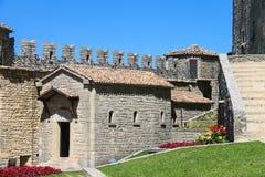 Iin der Hof von Festungen Guaita auf Berg-Titanen Stockbilder