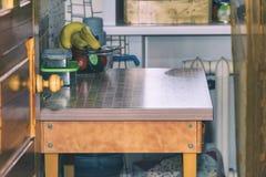 Iinterior is zeer kleine keuken Eettafel in kleine keuken stock foto