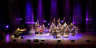 Iiro Rantala & det Espoo stora bandet utför direkt på 28th April Jazz Royaltyfria Bilder