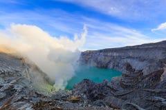 Ijen Volcano Crater med rök för sulphuric syra Arkivbilder