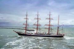 Ijmuiden, Netherland - 2015年8月18日:通过在雨风暴的高船灯塔 免版税库存图片