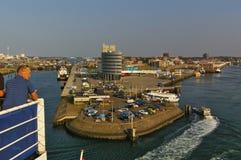 IJmuiden, die Niederlande - 18. September 2014 - Fährhafen im Hafen von IJmuiden in der Abendsonne, wie vom uppe gesehen Stockbild
