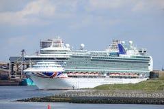 IJmuiden, los Países Bajos - 29 de abril de 2017: Ventura P y O cruza dejando la cerradura IJmuiden del mar Imágenes de archivo libres de regalías