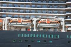 IJmuiden, los Países Bajos - 5 de junio de 2017: Reina Victoria, Cunard, botes salvavidases Fotos de archivo