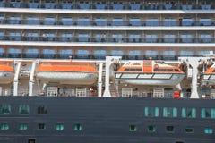IJmuiden, los Países Bajos - 5 de junio de 2017: Reina Victoria, Cunard, botes salvavidases Imagen de archivo