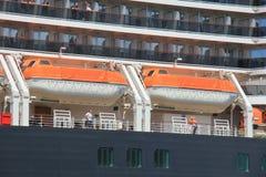 IJmuiden, los Países Bajos - 5 de junio de 2017: Reina Victoria, Cunard, botes salvavidases Foto de archivo
