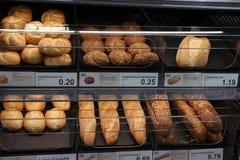 IJmuiden Nederländerna, Juli 4th 2018: bröd i ett lager Royaltyfri Bild