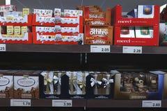 IJmuiden Nederländerna, Juli 4th 2018: choklader och brända mandlar i en supermarket Royaltyfria Bilder