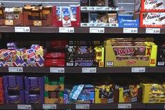 IJmuiden Nederländerna, Juli 4th 2018: choklader och godisstänger i en supermarket Royaltyfria Bilder