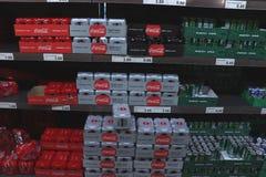 IJmuiden Nederländerna, Juli 4th 2018: Colatenn i en supermarket Arkivbild