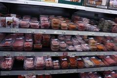 IJmuiden Nederländerna, Juli 4th 2018: Kött i en supermarket Royaltyfri Fotografi