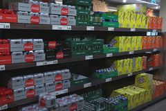 IJmuiden Nederländerna, Juli 4th 2018: läsk i en supermarket Royaltyfria Bilder