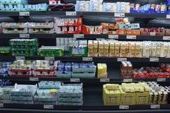 IJmuiden Nederländerna, Juli 4th 2018: mejerisektion i en supermarket Royaltyfria Bilder