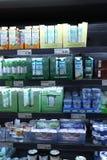 IJmuiden Nederländerna, Juli 4th 2018: mejerisektion i en supermarket Arkivfoto