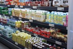 IJmuiden Nederländerna, Juli 4th 2018: mejerisektion i en supermarket Arkivfoton