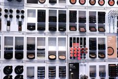 IJmuiden Nederländerna, Juli 4th 2018: olika kosmetiska produkter Royaltyfria Foton