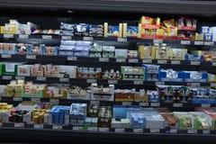 IJmuiden Nederländerna, Juli 4th 2018: ost i en supermarketkyl Arkivfoton