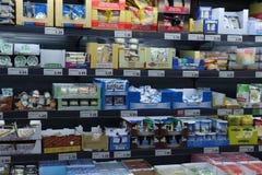 IJmuiden Nederländerna, Juli 4th 2018: ost i en supermarketkyl Arkivfoto