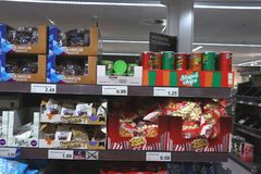 IJmuiden Nederländerna, Juli 4th 2018: Potatischiper och muttrar i en supermarket Royaltyfria Foton