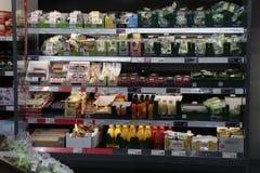 IJmuiden Nederländerna, Juli 4th 2018: sallad och fruktsaft Arkivbild