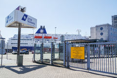 Ijmuiden, Nederland - Juni 12 2015: DFDS-veerboot die op de passagiers wachten stock foto
