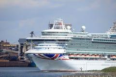 IJmuiden, os Países Baixos - 29 de abril de 2017: Ventura P & O cruza deixando o fechamento IJmuiden do mar Foto de Stock Royalty Free