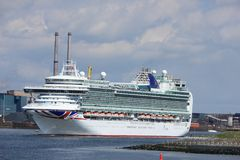 IJmuiden, os Países Baixos - 29 de abril de 2017: Ventura P & O cruza deixando o fechamento IJmuiden do mar Fotos de Stock