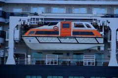 IJmuiden, os Países Baixos - 5 de junho de 2017: Rainha Victoria, Cunard, canoas de salvação Imagem de Stock