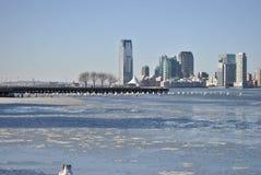 Ijs behandelde hudson rivier, de stad van New York Stock Foto's