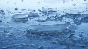 Ijs bevroren water op de van het de onderbrekingspuin van het rivierijs aard van het de winterlandschap mooie stock footage