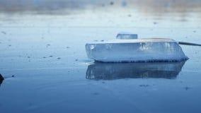 Ijs bevroren water op het van het de onderbrekingspuin van het rivierijs landschap van de de aardwinter mooie stock videobeelden