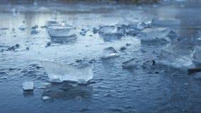 Ijs bevroren water op het van het de onderbrekingspuin van het rivierijs landschap van de de winteraard mooie stock footage