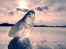 Ijs breake Ijsschol op bevroren meer met de achtergrond van de zonsonderganghemel stock foto's