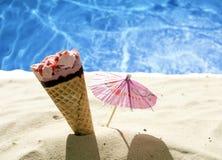 Ijs ceram op het concept van de strandvakantie Stock Foto