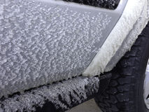 Ijs dat aan auto het reizen wordt bevroren stock afbeelding