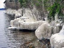 Ijs in de rivier, de winter over de vijver stock afbeeldingen
