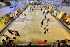 Ijs die bij Centrale Wereld schaatsen Stock Foto's