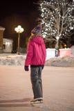 Ijs die bij nacht schaatsen Stock Foto's